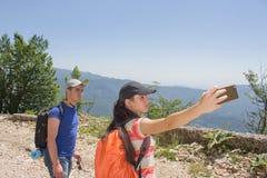 Hikers принимая пеший туризм фото автопортрета selfie 2 друз на походе Стоковое Изображение