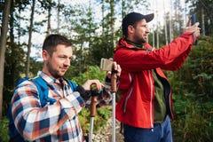 2 hikers принимая фото природы Стоковые Изображения RF