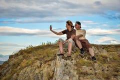 Hikers принимая selfie Стоковые Изображения