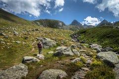 hikers при большие рюкзаки на горе Kackarlar стоковая фотография