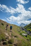 hikers при большие рюкзаки на горе Kackarlar стоковое фото rf