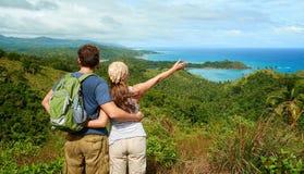 2 hikers при рюкзак стоя na górze горы и looki Стоковое фото RF