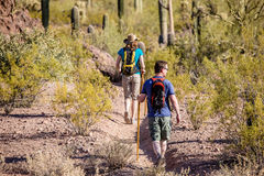 Hikers пустыни на изрезанном следе Стоковая Фотография