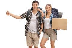 Hikers путешествовать и держа пустой знак картона Стоковое Изображение