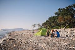 Hikers располагаясь лагерем на пляже в Cirali Стоковые Фотографии RF