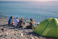 Hikers располагаясь лагерем на пляже в Cirali Стоковые Фото