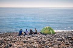 Hikers располагаясь лагерем на пляже в Cirali Стоковая Фотография