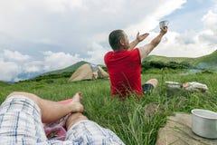 Hikers располагаясь лагерем в горах шатер su зоны гор gorge elbrus caucasus adyl Стоковая Фотография RF