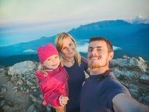 Hikers семьи делая selfie на верхней части горы Стоковые Изображения