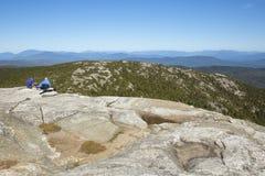 Hikers сидя на саммите Mt Кардиган около Grafton, нового Hamps Стоковые Изображения