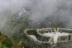 Hikers следа Inca в тумане стоковые изображения
