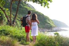 2 hikers смотрят на море Стоковые Изображения