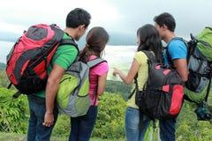 Hikers смотря карту в сельской местности Стоковые Фото
