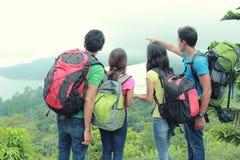 Hikers смотря карту в сельской местности Стоковое Изображение RF