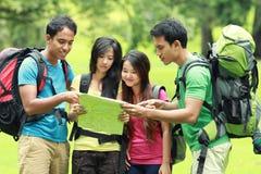 Hikers смотря карту в сельской местности Стоковые Изображения