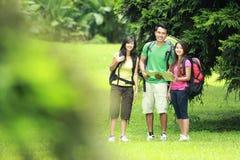 Hikers смотря карту в сельской местности Стоковые Изображения RF