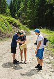 Hikers смотря карту Стоковые Изображения RF