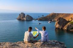 Hikers смотря карту Стоковое Фото