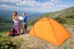 Hikers смотря поход составляют карту в горе Стоковое Изображение