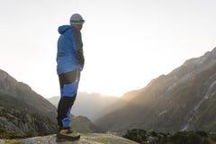 Hikers смотря сногсшибательный ландшафт в горах Стоковые Фотографии RF