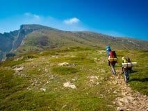 Hikers собирают trekking в Крыме Стоковое Изображение