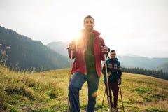 2 hikers стоя совместно в большом outdoors Стоковые Фото