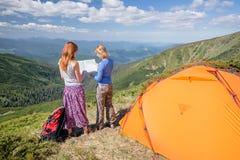 Hikers с картой исследуя в горе Стоковые Изображения RF