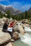 Hikers с картой Стоковое Изображение