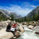 Hikers с картой Стоковое Фото