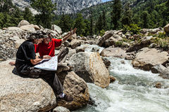 Hikers с картой Стоковое фото RF