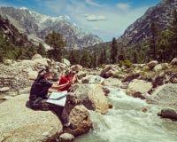 Hikers с картой Стоковые Изображения RF