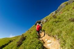 Hikers с красным рюкзаком Стоковое фото RF