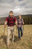 Hikers с рюкзаками в поле Стоковые Изображения
