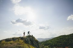 Hikers с рюкзаками идя na górze горы Стоковое Изображение