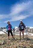 Hikers с рюкзаками наслаждаясь взглядом долины от верхней части Стоковое Фото