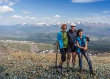 Hikers с рюкзаками наслаждаясь взглядом долины от верхней части Стоковое Изображение