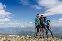 Hikers с рюкзаками наслаждаясь взглядом долины от верхней части Стоковое фото RF