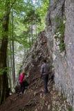 Hikers с рюкзаками на следе Стоковая Фотография RF