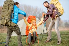 Hikers с рюкзаками outdoors Стоковые Фото