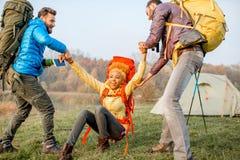 Hikers с рюкзаками outdoors Стоковые Фотографии RF