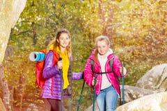Hikers с trekking вставляют на солнечном дне outdoors Стоковое фото RF