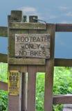 Hikers только отсутствие знака тропы велосипедов Стоковые Фотографии RF