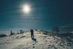 Hikers туристов путешествуя на снежных горах к верхней части Стоковая Фотография