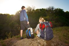 Hikers человека и женщины trekking в горах Молодые пары с ба Стоковое Изображение RF