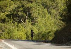 Hikers человека и женщины trekking дороги в Турции Стоковые Изображения RF