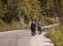 Hikers человека и женщины trekking дороги в Турции Стоковое Изображение RF