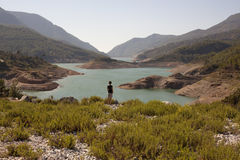 Hikers человека и женщины trekking дороги в Турции Стоковое Фото