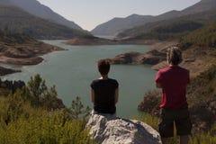 Hikers человека и женщины trekking дороги в Турции Стоковые Фото