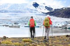 Hikers - люди на перемещении приключения на Исландии стоковое изображение