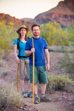 Hikers пустыни на пути Стоковые Фото